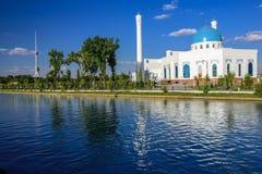 Der weiße Moscheen-Minderjährige, einer vom neuen Anblick von Taschkent, gelegen im neuen Stadtteil auf dem Damm des Ankhor-Kanal Lizenzfreies Stockbild