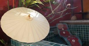 Der weiße Regenschirm Lizenzfreie Stockbilder