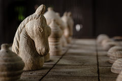 Der weiße Ritter auf dem hölzernen Schachbrett stockfotos