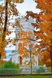 Der weiße Turm in Alexander Park in den goldenen Herbstbäumen Lizenzfreies Stockbild