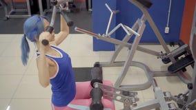 Der weibliche Athlet, der breite Griffabriss tut, trainieren in der Turnhalle stock video footage