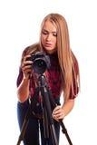 Der weibliche Fotograf des Zaubers, der den Schirm der Kamera betrachtet - ist Lizenzfreie Stockfotografie