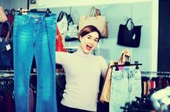 Der weibliche Käufer, der ihre Käufe in women's Stoffen sich rühmt, kaufen Stockfoto