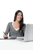 Der weibliche lächelnde Grafikdesigner, da sie sie tut, redigiert Lizenzfreie Stockbilder