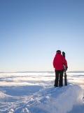 Der weibliche Skifahrer, der heraus über Wolke schaut, deckte Tal ab Stockbilder