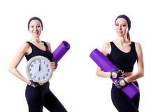 Der weibliche Sportler, der die Wolldecke und Uhr lokalisiert auf Weiß hält Stockbilder