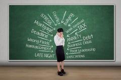 Der weibliche Unternehmer, der Kopfschmerzen erhält, denken ihre Probleme Lizenzfreies Stockfoto