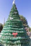 Der Weihnachtsbaum, der vom grünen Plastik gemacht wurde, bereitete Flaschen, Argentinien auf Stockfotos