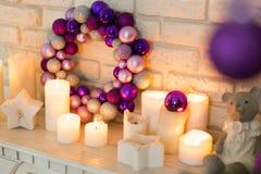 Der Weihnachtskranz von purpurroten, rosa, violetten Christbaumkugeln Stockfotografie