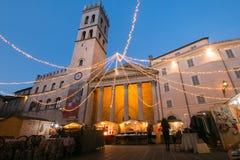 Der Weihnachtsmarkt im Assisi-Quadrat Stockfoto