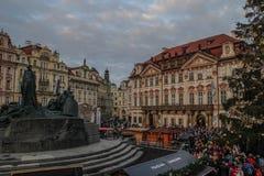 Der Weihnachtsmarkt in Prag Mutter und Tochter feiern tragende Sankt-Hüte stockbild
