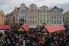 Der Weihnachtsmarkt in Prag Mutter und Tochter feiern tragende Sankt-Hüte lizenzfreies stockfoto