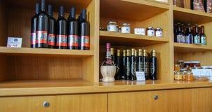 Der Wein, die Alkohole und der Stau auf den Regalen an der israelischen Weinkellerei lizenzfreie stockfotografie