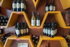 Der Wein und der Weinbrand in der großen georgischen Weinhandlung stockfoto