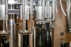 In der Weinkellerei erhält ein Wein automatisch abgefüllt lizenzfreies stockfoto