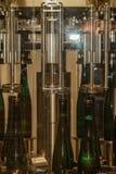 In der Weinkellerei erhält ein Wein automatisch abgefüllt stockfotografie