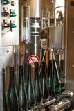 In der Weinkellerei erhält ein Wein automatisch abgefüllt lizenzfreie stockbilder
