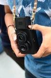 Der Weinlese altes 2 Objektiv- und Handanhalten der Kamera stockfotografie