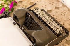 Der Weinlese Leben noch mit gelber Rolle- und Spulefeder nahe alten Büchern Retro- Schreibmaschine stockbild