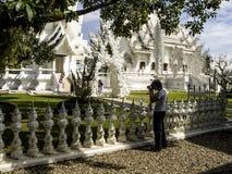 DER WEISSE TEMPEL, DAS CHIANG RAI, DAS THAILAND und die Touristen lizenzfreies stockfoto