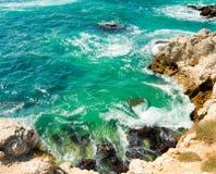 Der Wellenbruch auf dem Ufer Lizenzfreies Stockfoto