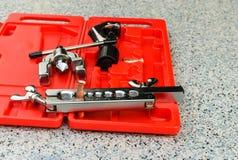 Der Werkzeugkasten benutzt für Kupferrohraufflackern Stockfotografie
