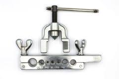 Der Werkzeugkasten verwendete für Kupferrohraufflackern für die Installation der Klimaanlage lokalisiert auf weißem Hintergrund stockbilder