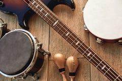 An der Wiederholung im Studio Draufsicht von den Musikinstrumenten eingestellt: braune E-Gitarre, Trommeln, Gold-maracas und lizenzfreie stockfotos