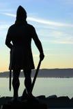 Der Wikingerkönig, der über dem Fjord überwacht Lizenzfreie Stockfotos