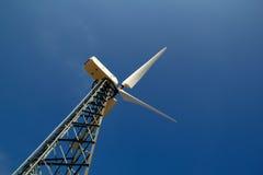 Der Windgenerator gegen den blauen Himmel Stockfotografie