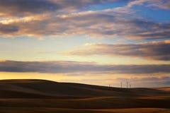 Der Windpark wird umgeben, indem man Felder kräuselt Stockfotos