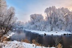 Der Winterzeitfluß und -rauhreif lizenzfreie stockbilder