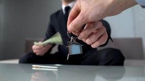 Der wohlhabende Mann, der Schlüssel nimmt, bilden Immobilienagentur, kaufende neue Wohnung oder Büro lizenzfreie stockfotografie