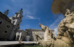 Der Wohnsitzbrunnen mit dem alten Wohnsitz in Salzburg Stockfotografie
