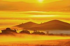 Der Wolkenmeer und Mongolian yurt Sonnenaufgang Stockfotos
