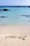 Der Wort-Druck, der auf den Sand, weg gewaschen durch Wellen geschrieben wird, entspannen sich Konzept Stockfoto