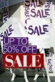 Der Wort Verkauf auf Papiertüten im Einkaufenfenster Stockfoto