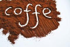 Der Wortkaffee geschrieben gegen zerstreutes natura Stockfotografie