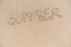 Der Wortsommer auf dem Sand eigenhändig geschrieben stockbild