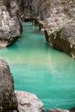 In der wunderbaren Landschaft mit reinem Fluss soca in Schluchtschlucht moutains wandern, julianische Alpen, Slowenien Lizenzfreie Stockfotos