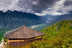 Der yangtze-Fluss und der Pavillion lizenzfreie stockfotografie