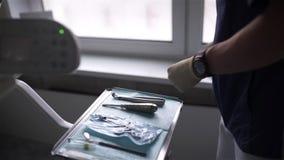 Der Zahnarzt bereitet das zahnmedizinische Instrument für Chirurgie und Zahnheilkunde vor stock video