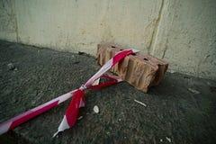 Der Zaun des Bands wird zum Stein befestigt stockfotos