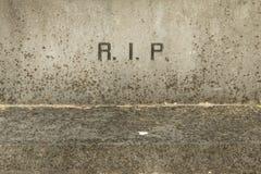 Der Zeichen RIP auf einem alten Grab stockfoto