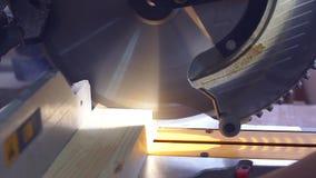 Der Zeitlupetischler, der hölzerne Planke mit Kreisblatt schneidet, sah stock video footage