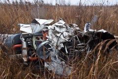Der zerschmetterte Hubschrauber Robinson 44 stockfotografie