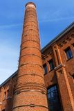 Der Ziegelsteinkamin und der alte Backsteinbau stockfoto