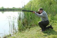 Der zielende Jäger und bereiten für Schuß vor Lizenzfreies Stockbild