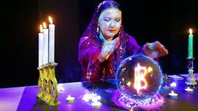 Der Zigeuner in den magichsky Salonwundern auf der Glaskugel und dem Bahtzeichen erscheint in ihm stock video footage