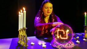 Der Zigeuner in den magichsky Salonwundern an der Glaskugel und an einem Schekelzeichen erscheint in ihm stock video